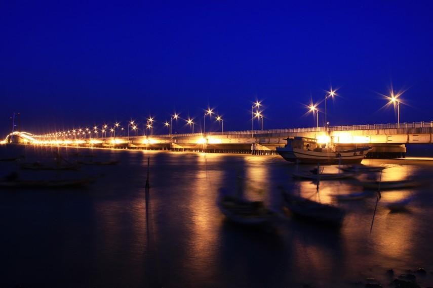 Jembatan Suramadu memiliki lebar sekitar 30 meter, dan menyediakan 4 lajur dua arah selebar 3,5 meter dengan 2 lajur darurat selebar 2,75 meter