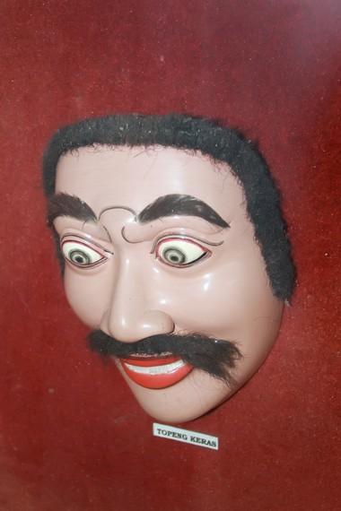 Salah satu jenis karakter topeng berdasarkan strata sosial adalah topeng keras