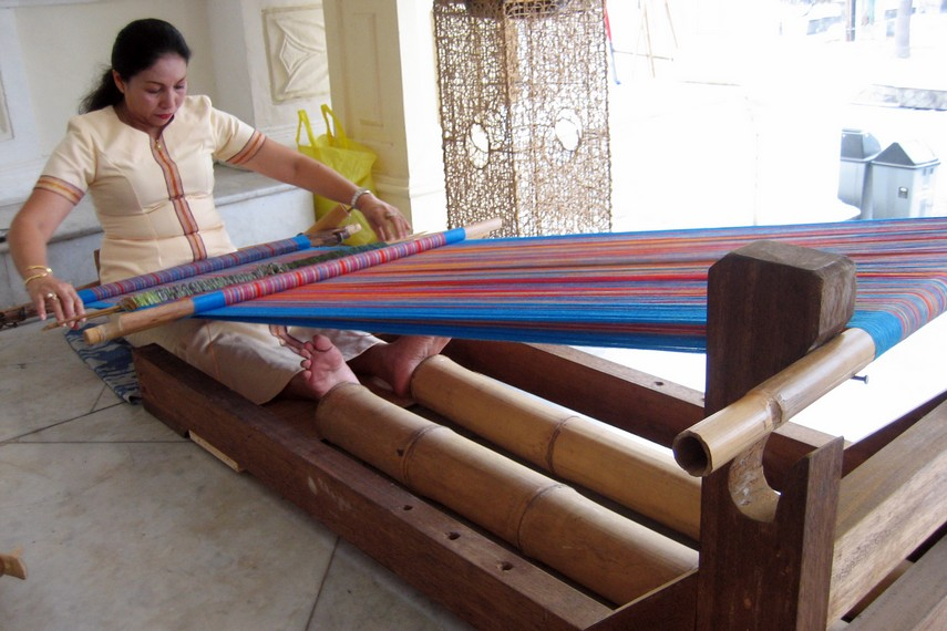Diperlukan waktu yang cukup lama membuat paramba dengan menggunakan alat tenun tradisional