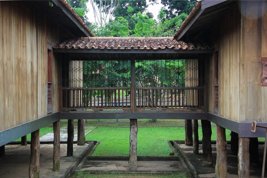 Pondasi rumah limas terbuat dari kayu ulen, pemilihan kayu ini bukan tanpa sebab mengingat kayu ulen mempunyai struktur yang kuat dan tahan air