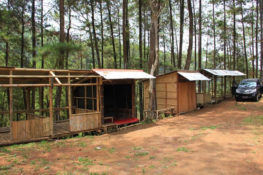 Dari pintu gerbang kawasan wisata Gua Kaneng, pengunjung harus menyusuri jalan tanah yang sempit selama sekitar 15 menit