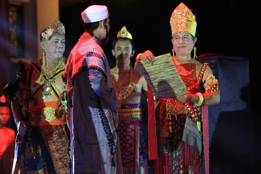 Dalam pembukaan festival juga dibacakan prasasti yang ditemukan di Sumatera Selatan dan menjadi tonggak berdirinya Kerajaan Sriwijaya di Palembang