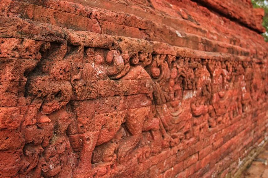 Secara harfiah, nama ini mengandung makna bangunan candi bercorak Buddha yang dibangun demi tiga dewa dalam kepercayaan Buddha