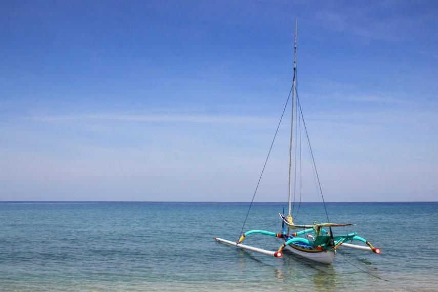 Pasirnya yang putih, airnya yang jernih dan gelombang ombak yang tidak terlalu besar membuat pantai ini sangat menyenangkan saat dikunjungi