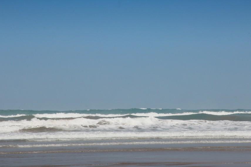 Pesona ombak laut selatan yang besar juga menjadi daya tarik tersendiri saat mengunjungi pantai ini