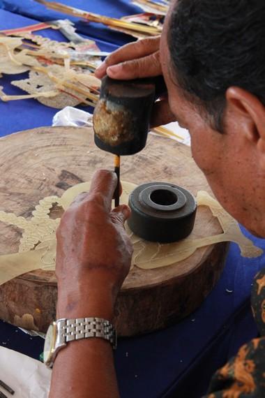 Tahapan menatah dalam proses pembuatan wayang kulit dilakukan oleh orang yang mengerti seluk-beluk wayang