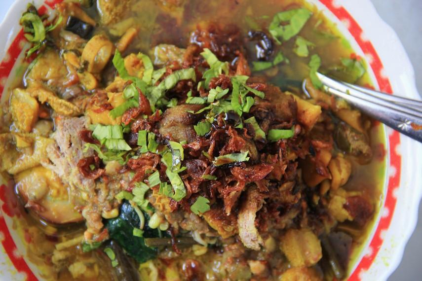 Penjual rujak soto banyak dijumpai di jalan-jalan Kota Banyuwangi. Dengan harga relatif terjangkau, rujak ini menjadi kuliner meriah saat kumpul bersama keluarga