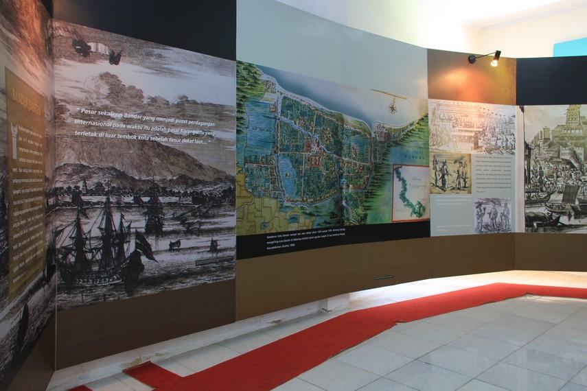 Berjalan ke sisi kiri bangunan, terdapat gambar yang menjelaskan kejayaan Kesultanan Banten lewat Pelabuhan Karangantu