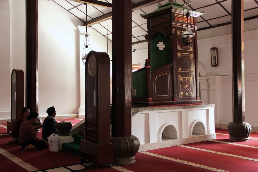 Masjid ini di bangun pada masa Sultan Maulana Hasanuddin dan saat ini masuk dalam kategori bangunan cagar budaya yang dilindungi