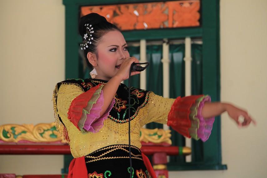 Pementasan Jipeng juga dimeriahkan dengan nyanyian berlirik bahasa Betawi maupun Sunda