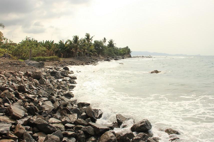 Selain memiliki nama unik, pantai ini memiliki karakteristik unik yang terletak pada sumber air panas yang bercampur dengan air laut