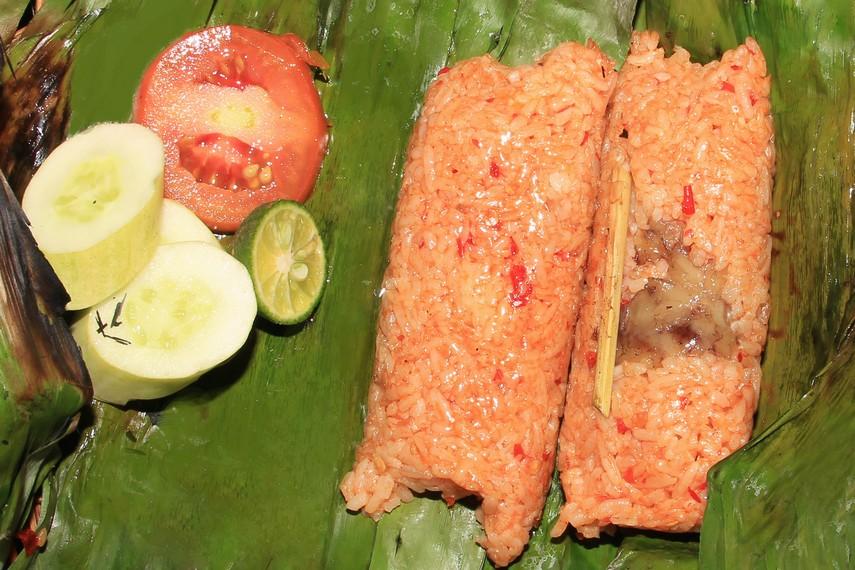Awal mula nasi bakar sumsum menjadi makanan khas di Serang terjadi pada tahun 1941. Saat itu tukang potong hewan melihat sisa-sisa tulang yang mubazir