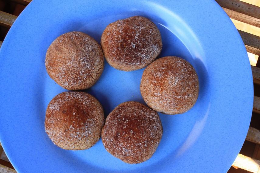 Tekstur lebih kering yang dimiliki kue bolu cukke ini karena proses pembuatannya yang dipanggang