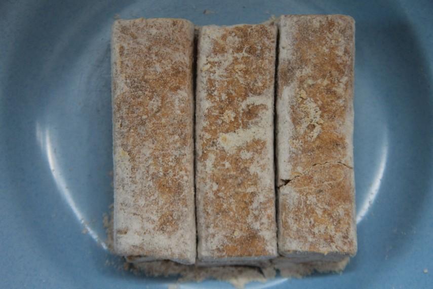 Kue yang memiliki warna dominan putih kecoklatan ini terbuat dari beras yang agak pera
