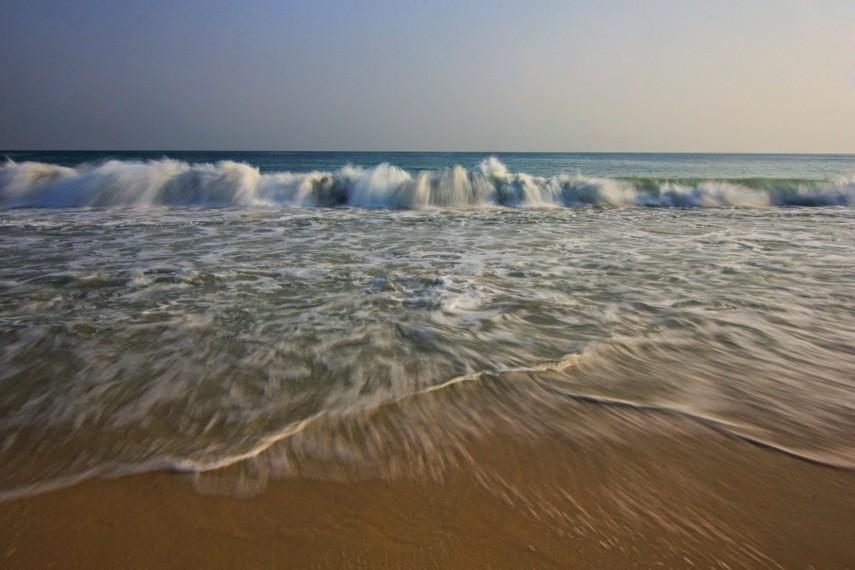 Gulungan ombaknya yang relatif kecil membuat bermain air di pantai ini terasa begitu menyenangkan