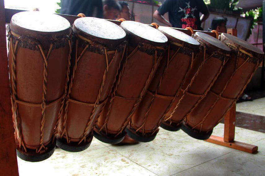 Gordang terbuat dari kayu yang dilapisi kulit sapi atau kerbau