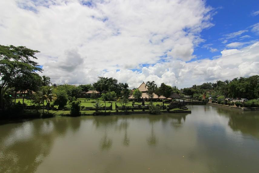 Kompleks pura ini dikelilingi kolam selebar 10 meter di sisi selatan dan 50-70 meter di sisi barat serta timur