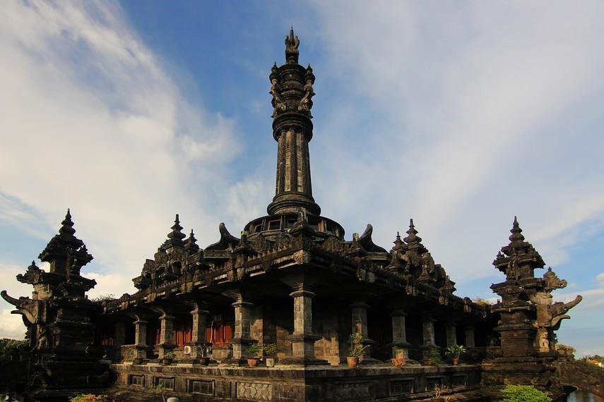 Monumen ini memiliki 17 pilar dan 8 gerbang utama yang melambangkan tanggal proklamasi kemerdekaan Indonesia