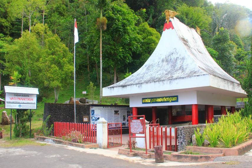 Watu Pinawetengan juga digunakan sebagai tempat pertemuan keluarga Minahasa