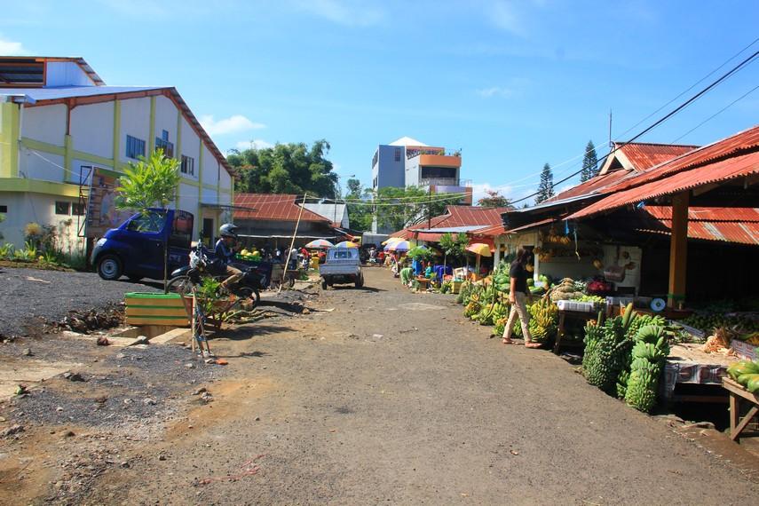 Layaknya pasar tradisional, Pasar Tomohon menjual berbagai macam kebutuhan sehari-sehari