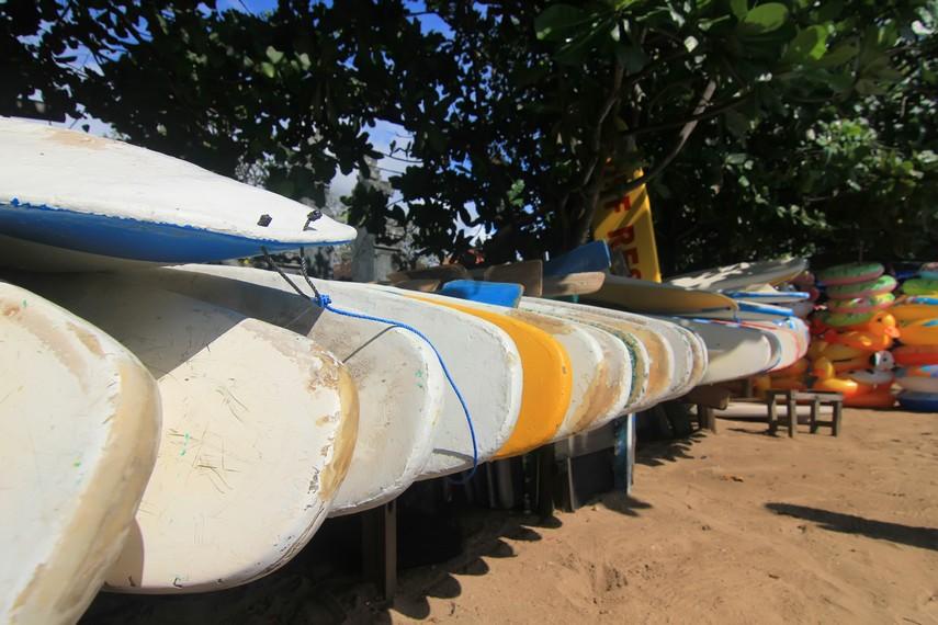 Salah satu fasilitas penyewaan papan selancar yang terdapat di tepi Pantai Sanur