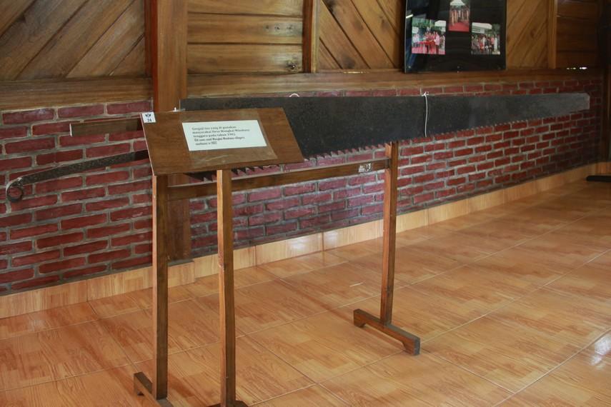 Gergaji tua yang pernah digunakan masyarakat Desa Wongkai Minahasa Tenggara tahun 1902 menjadi salah satu koleksi museum ini
