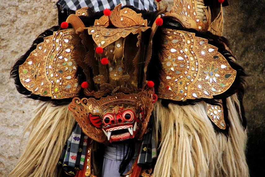 Barong ditampilkan sebagai sosok singa bertaring panjang dengan bulu pirang yang lebat
