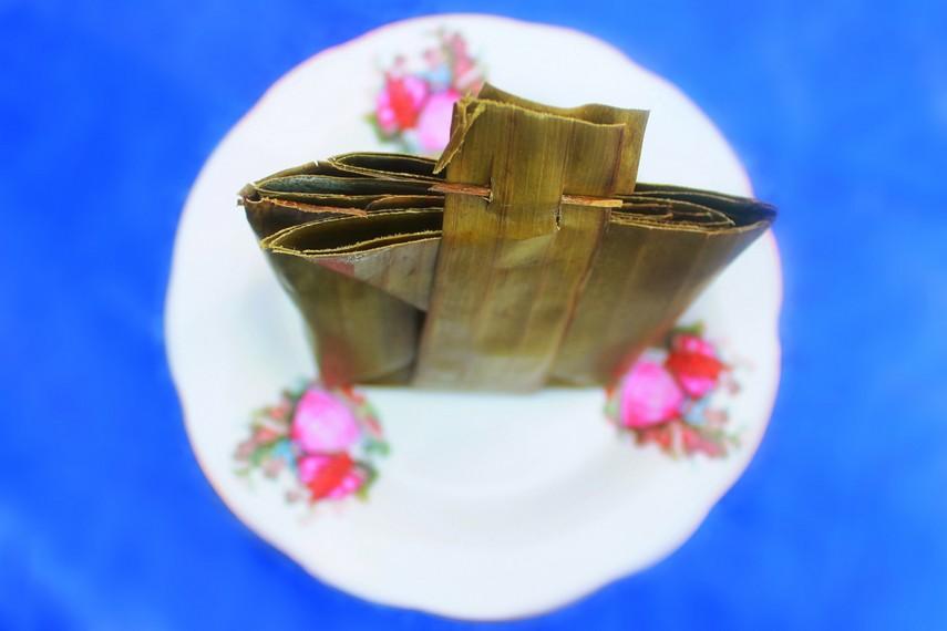 Sepintas bungkusan daun pisang dari bebongko mirip dengan pulut nasi, tetapi rasa keduanya amat jauh berbeda