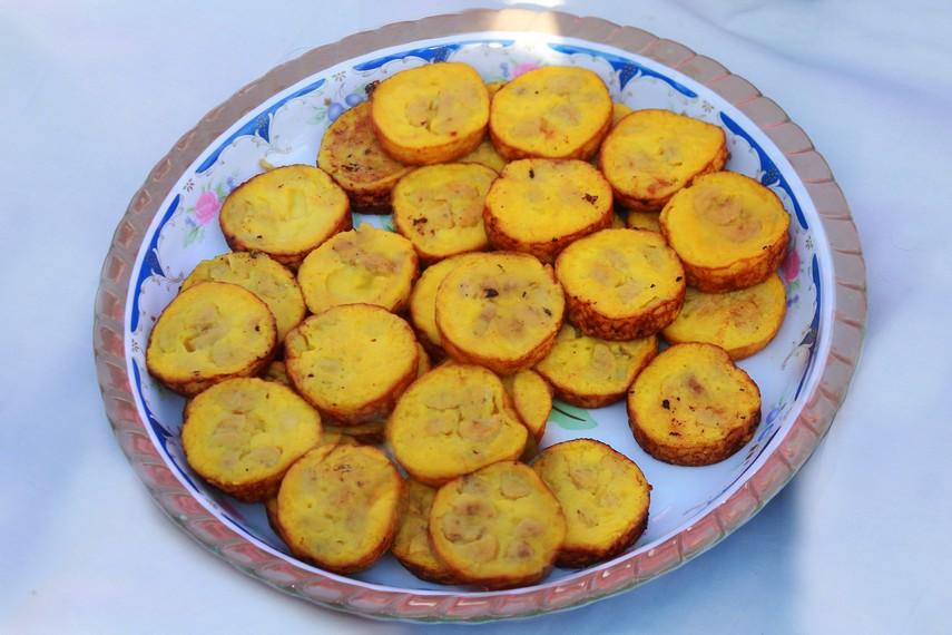 Roti pisang berbahan tepung terigu, santan, gula, garam dan telur dengan tambahan irisan pisang raja atau pisang talas