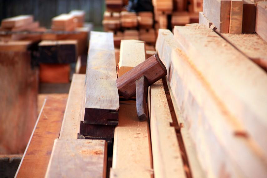 Umumnya rumah adat Minahasa yang di buat di desa ini terbuat dari kayu besi