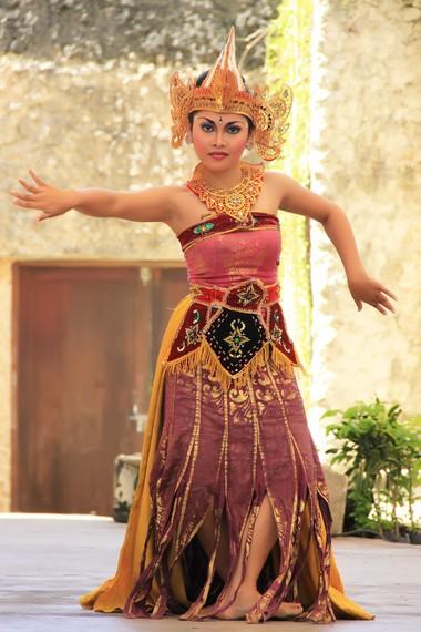 Bandem menyampaikan pesannya melalui koreografi dan kostum yang elegan