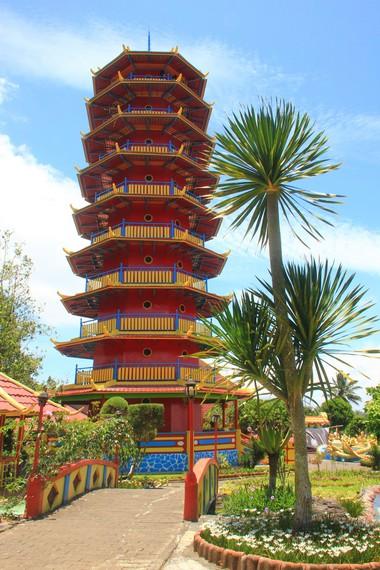 Bagian lain dari Vihara Buddhayana adalah Pagoda Ekayana pagoda yang memiliki 8 tingkat ini menjadi tempat umat Buddha melakukan ibadah