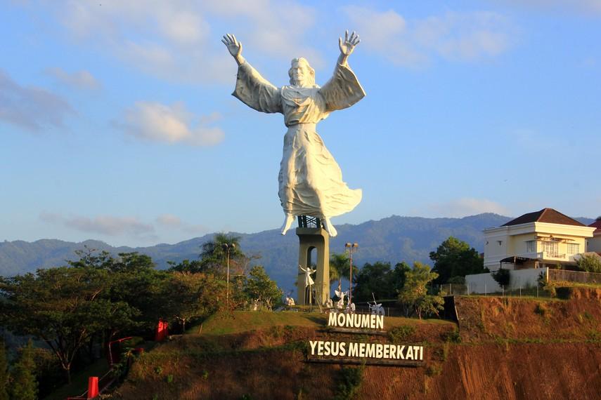 Monumen Yesus Memberkati terletak di dalam perumahan mewah Citraland, 15 menit dari pusat kota