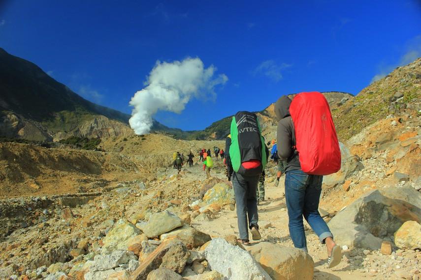 Pendaki harus melewati jalan bebatuan  dan melakukan pendakian hingga sampai di puncak  gunung dengan tinggi 2665 meter di atas permukaan laut