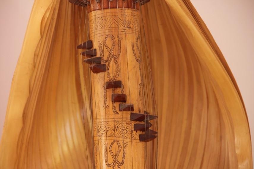 Pada bagian tengah alat musik berdawai ini berbentuk melingkar dari atas ke bawah