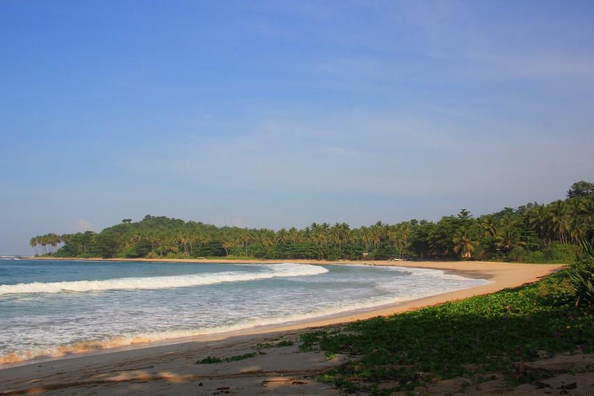 Pantai Legon Pari berjarak 1,5 km dari penginapan di kawasan Desa Sawarna, Lebak, Banten