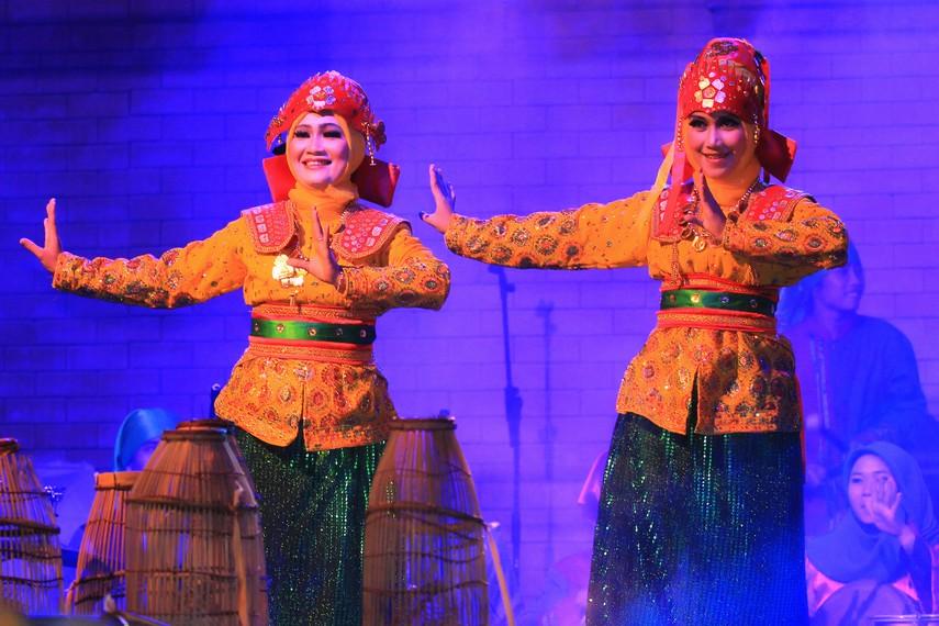 Pakaian yang dikenakan oleh para penari bubu adalah pakaian adat Bengkulu berupa baju kurung dengan warna yang cerah dan kontras