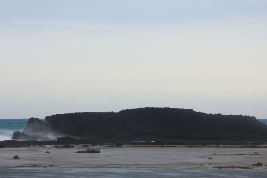 Pantai Tanjung Layar berjarak 4 km dari Kampung Cikaung, kawasan paling ramai dan pusatnya penginapan di Desa Sawarna