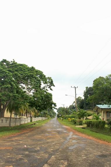 Jalan lurus dan panjang menjadi bagian dari perjalanan yang dilewati pengunjung yang berada di Selat Nasik