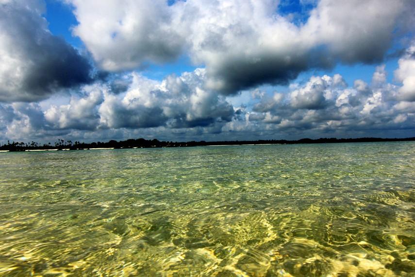 Kondisi airnya yang tenang membuat pengunjung dapat menceburkan diri dan menikmati bermain air di Pulau Pasir