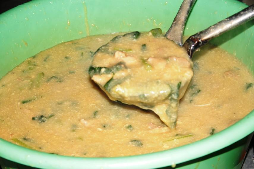 Kuah kental campuran mie titi yang berisi sayuran, potongan ayam, udang, bakso, dan gorengan
