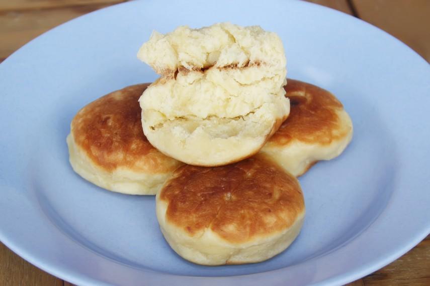 Kue kamir terbuat dari adonan terigu yang dicampur dengan mentega dan telur