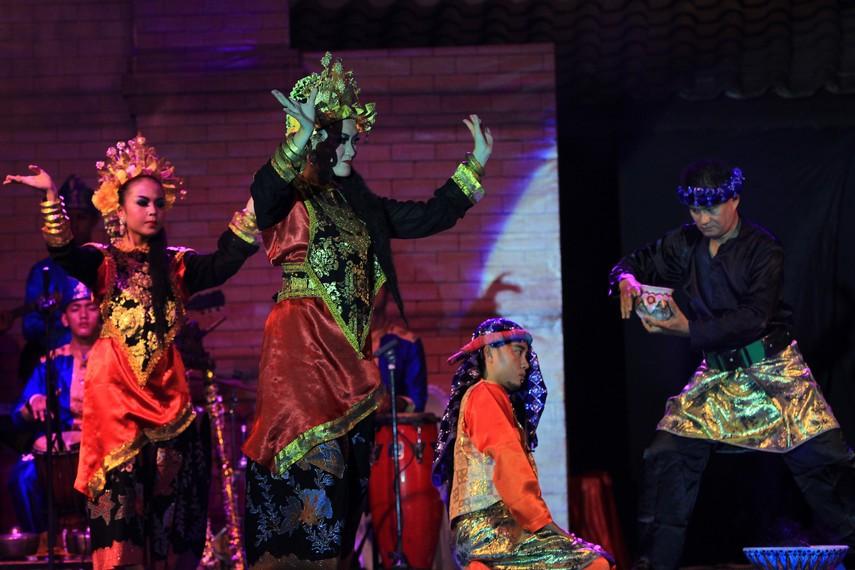 Masyarakat desa di Kabupaten Ogan Kemering Ilir mengakui kebiasaan perempuan dalam menjaga diri dari guna-guna sudah ada sejak zaman pra-sejarah