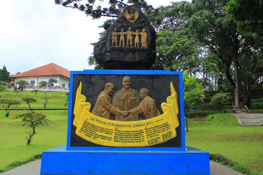 Monumen yang berada di area halaman belakang bertuliskan isi pokok Perundingan Linggarjati