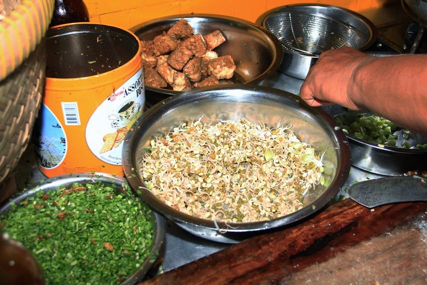Nasi Lengko menggunakan bahan yang semuanya berasal dari sayur dan biji-bijian, seperti tahu, tempe, tauge, dan daun kucai