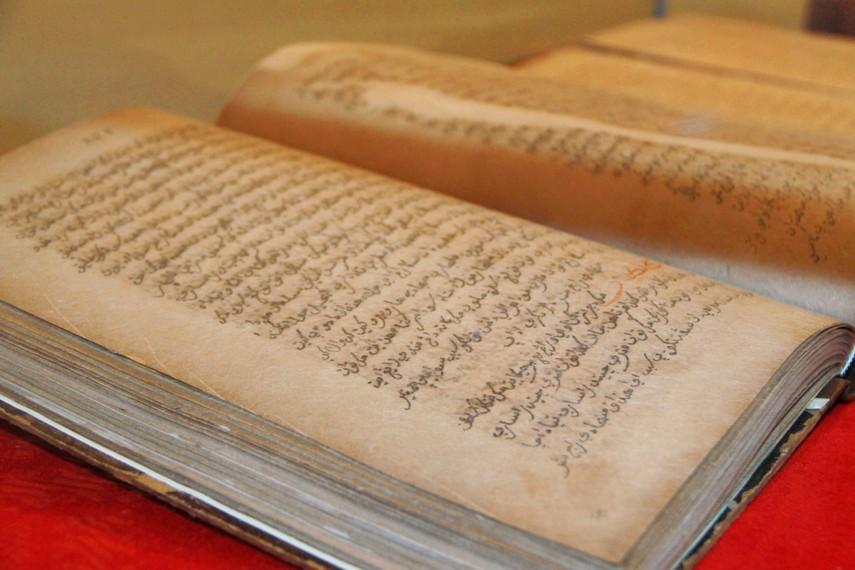 Naskah kuno Pecenongan dari abad ke-19 ditulis dalam aksara Arab berbahasa Melayu (Jawi)