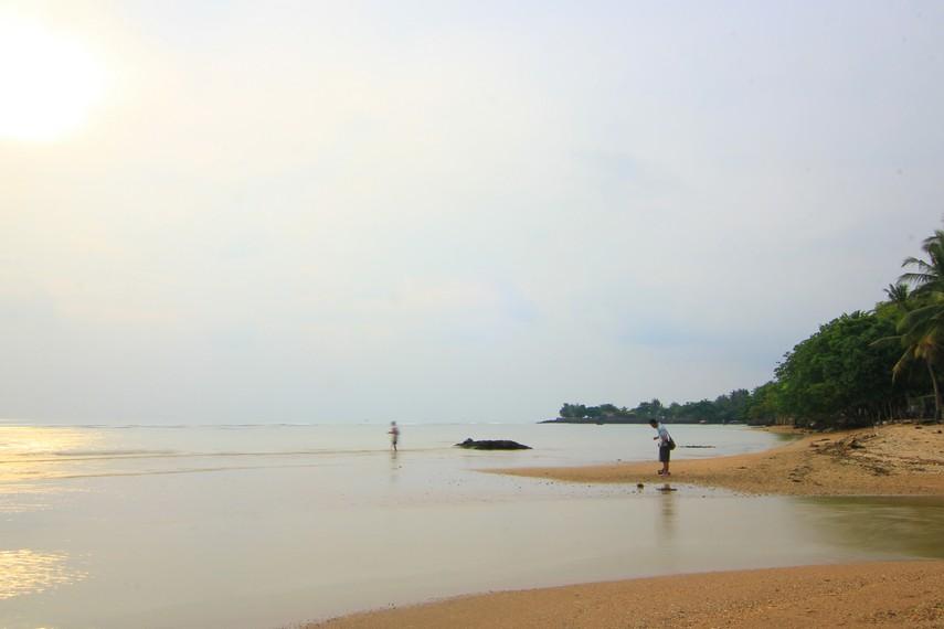 Ombak di pantai ini relatif lebih tenang sehingga sangat pas untuk dijadikan arena bermain air yang menyenangkan di pinggir pantai