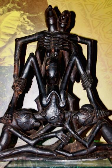 Orang Suku Asmat yang memiliki keahlian dalam membuat patung dikenal dengan nama wow ipits