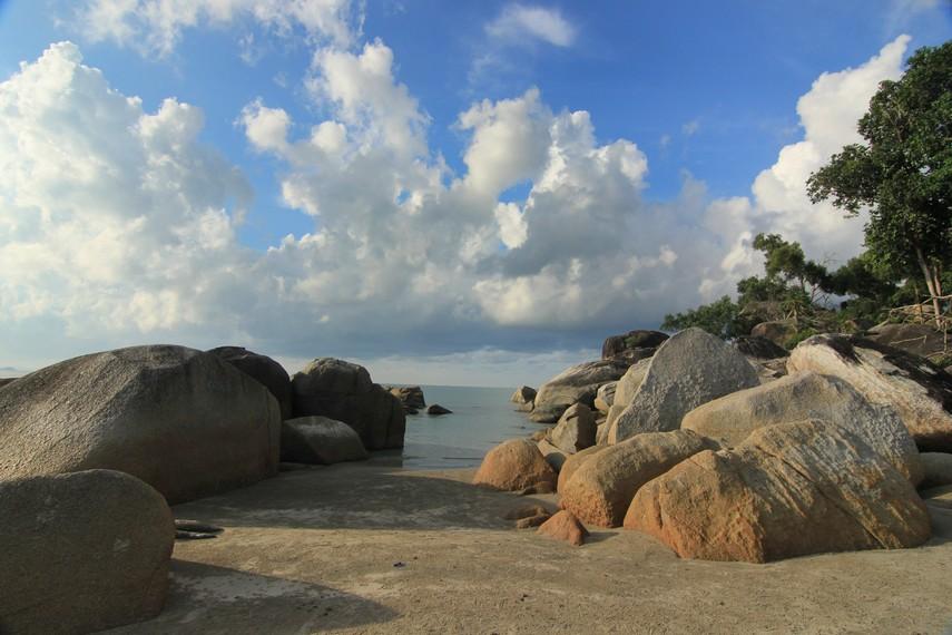 Pantai Matras berjarak 20 km arah utara dari Kota Sungailiat, Bangka
