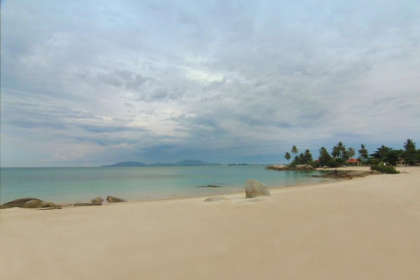 Pantai Parai Tenggiri berjarak 45 km dari pusat Kota Pangkal Pinang, Ibukota Bangka